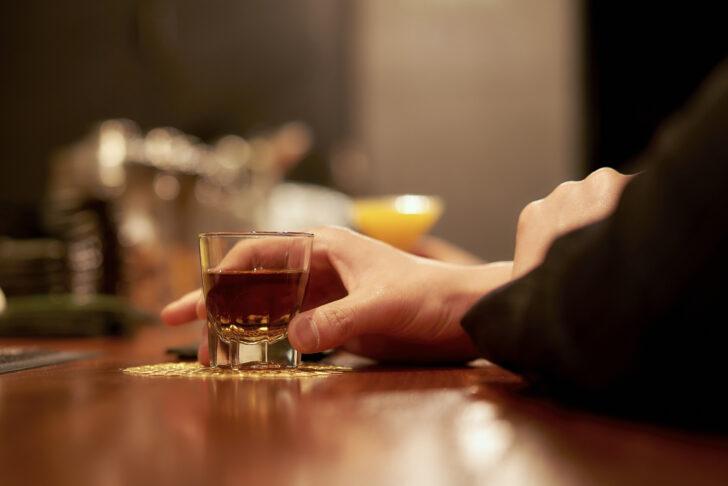 バーでウイスキーを飲む人